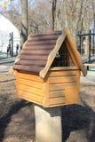 Σπίτι για τη σίτιση των πουλιών Στοκ Εικόνες