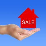 Σπίτι για το σημάδι πώλησης Στοκ Φωτογραφία
