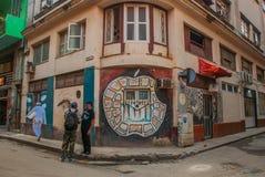 Σπίτι γωνιών με τα γκράφιτι, που επισύρουν την προσοχή στον τοίχο, η ασυνήθιστη Apple στη στο κέντρο της πόλης Αβάνα Κούβα Στοκ Εικόνες