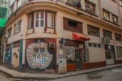 Σπίτι γωνιών με τα γκράφιτι, που επισύρουν την προσοχή στον τοίχο, η ασυνήθιστη Apple στη στο κέντρο της πόλης Αβάνα Κούβα Στοκ φωτογραφία με δικαίωμα ελεύθερης χρήσης