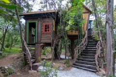 Σπίτι δέντρων φαντασίας για τα παιδιά, παιχνίδι Στοκ φωτογραφία με δικαίωμα ελεύθερης χρήσης