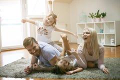 σπίτι διασκέδασης family playing together Στοκ Φωτογραφία