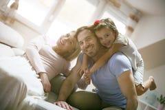 σπίτι διασκέδασης family playing together Στοκ φωτογραφία με δικαίωμα ελεύθερης χρήσης