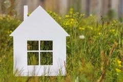 Σπίτι εγγράφου στην πράσινη χλόη στοκ εικόνα