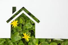Σπίτι εγγράφου στο πράσινο κλίμα κτήμα έννοιας πραγματικό Στοκ Φωτογραφία