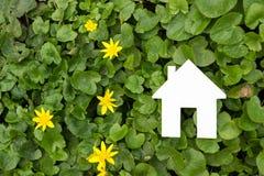 Σπίτι εγγράφου στο πράσινο κλίμα κτήμα έννοιας πραγματικό Στοκ Φωτογραφίες