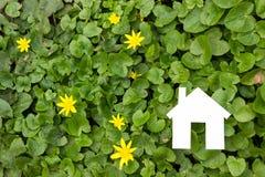 Σπίτι εγγράφου στο πράσινο κλίμα κτήμα έννοιας πραγματικό Στοκ φωτογραφία με δικαίωμα ελεύθερης χρήσης