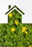 Σπίτι εγγράφου στο πράσινο κλίμα κτήμα έννοιας πραγματικό Στοκ Εικόνα