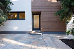 σπίτι εισόδων σύγχρονο Στοκ φωτογραφία με δικαίωμα ελεύθερης χρήσης