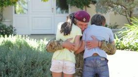 Σπίτι επιστροφής στρατιωτών και χαιρετημένος από τα παιδιά απόθεμα βίντεο