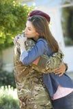 Σπίτι επιστροφής στρατιωτών και χαιρετημένος από τη σύζυγο στοκ φωτογραφία με δικαίωμα ελεύθερης χρήσης