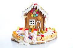 Σπίτι ζάχαρης καραμελών μελοψωμάτων Ουρά νεράιδων candyhouse που καλύπτεται με το χιόνι και το ζωηρόχρωμο σπίτι μελοψωμάτων καραμ Στοκ Φωτογραφία