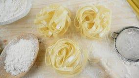 Σπίτι ζυμαρικών Tagliatelle που γίνεται με το αλεύρι και τα αυγά απόθεμα βίντεο
