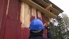 Σπίτι ζωγραφικής εργαζομένων με το κόκκινο χρώμα απόθεμα βίντεο