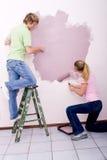 Σπίτι ζωγραφικής ζεύγους στοκ εικόνες με δικαίωμα ελεύθερης χρήσης