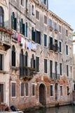 Σπίτι διαβίωσης στην προκυμαία στην πόλη της Βενετίας Στοκ Εικόνα