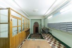 Σπίτι διαμερισμάτων με ένα οψοφυλάκιο στοκ φωτογραφίες με δικαίωμα ελεύθερης χρήσης