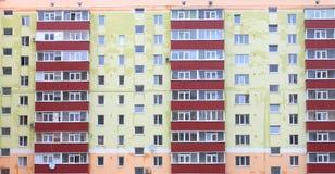 Σπίτι διαμερισμάτων, νέο όμορφο σπίτι με τα κόκκινα μπαλκόνια Στοκ Εικόνα