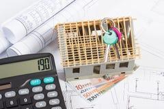 Σπίτι κάτω από την κατασκευή, κλειδιά, υπολογιστής, ευρο- και ηλεκτρικά σχέδια νομισμάτων, έννοια της οικοδόμησης του σπιτιού Στοκ φωτογραφίες με δικαίωμα ελεύθερης χρήσης