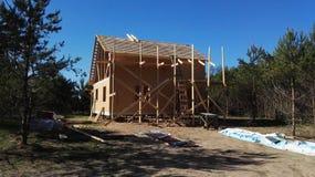 Σπίτι κάτω από την οικοδόμηση, γύρω από τα δέντρα, ξύλο, κτήριο, ξύλινο σπίτι, σπίτι πλαισίων Στοκ Φωτογραφία