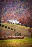 Σπίτι κάτω από το μεγάλο καπνώές βουνό στοκ εικόνες με δικαίωμα ελεύθερης χρήσης