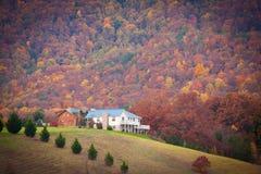 Σπίτι κάτω από το μεγάλο καπνώές βουνό στοκ εικόνα