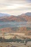 Σπίτι κάτω από το μεγάλο καπνώές βουνό στοκ φωτογραφία με δικαίωμα ελεύθερης χρήσης