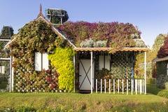 Σπίτι κήπων θαύματος του Ντουμπάι που καλύπτεται με τα διαφορετικά λουλούδια Στοκ φωτογραφία με δικαίωμα ελεύθερης χρήσης