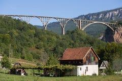Σπίτι και γέφυρα πέρα από τον ποταμό της Tara στο βόρειο Μαυροβούνιο Στοκ φωτογραφία με δικαίωμα ελεύθερης χρήσης