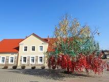 Σπίτι και δέντρο αυγών Πάσχας, Λιθουανία Στοκ φωτογραφία με δικαίωμα ελεύθερης χρήσης