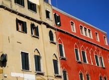 Σπίτι και εκκλησία της Αγίας Λουκία στο μεγάλο κανάλι στη Βενετία στην Ιταλία Στοκ Εικόνα