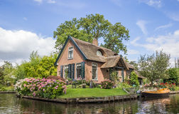 Σπίτι και κήπος στο κεντρικό κανάλι Giethoorn Στοκ φωτογραφία με δικαίωμα ελεύθερης χρήσης