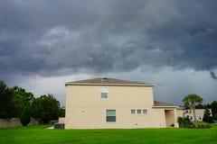 Σπίτι και καταιγίδα στοκ φωτογραφίες με δικαίωμα ελεύθερης χρήσης