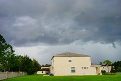 Σπίτι και καταιγίδα στοκ εικόνα με δικαίωμα ελεύθερης χρήσης
