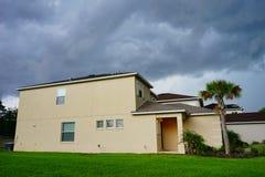 Σπίτι και καταιγίδα στοκ φωτογραφία με δικαίωμα ελεύθερης χρήσης