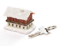 Σπίτι και κλειδί που απομονώνονται Στοκ Φωτογραφίες