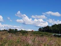 Σπίτι και ουρανός στο λόφο στοκ εικόνες με δικαίωμα ελεύθερης χρήσης