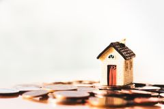 Σπίτι και σωρός νομισμάτων για την αποταμίευση για να αγοράσει ένα σπίτι Επένδυση ιδιοκτησίας και οικονομική έννοια υποθηκών σπιτ στοκ εικόνα