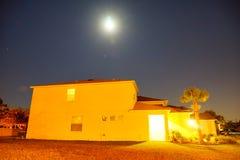 Σπίτι και φεγγάρι Στοκ φωτογραφία με δικαίωμα ελεύθερης χρήσης