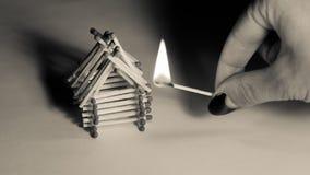 Σπίτι και χέρι αντιστοιχιών με το κάψιμο της πυρκαγιάς - κίνδυνος ατυχήματος Στοκ Φωτογραφίες