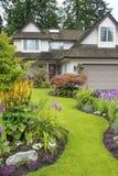 Σπίτι και Floral κήπος Στοκ εικόνες με δικαίωμα ελεύθερης χρήσης