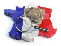 Σπίτι και loupe στο χάρτη της Γαλλίας στα χρώματα της γαλλικής σημαίας S Στοκ Εικόνα