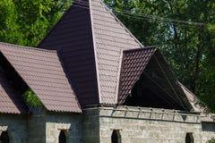 σπίτι κατασκευής κάτω Λεπτομέρεια των επικαλύπτοντας κεραμιδιών υλικού κατασκευής σκεπής Στοκ εικόνα με δικαίωμα ελεύθερης χρήσης
