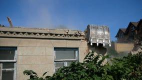 Σπίτι κατεδάφισης που χρησιμοποιεί τον εκσκαφέα στην πόλη Επανοικοδόμηση της διαδικασίας απόθεμα βίντεο