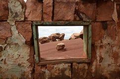 Σπίτι κατοίκων απότομων βράχων της Αριζόνα κοντά στους πορφυρούς απότομους βράχους Στοκ εικόνα με δικαίωμα ελεύθερης χρήσης
