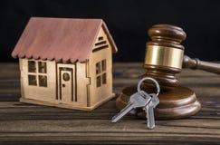 Σπίτι, κλειδί, σφυρί δικαστών σε ένα ξύλινο υπόβαθρο στοκ εικόνες