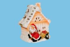 σπίτι κοντά στο χιονάνθρωπ&omic Στοκ εικόνα με δικαίωμα ελεύθερης χρήσης