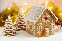 Σπίτι μελοψωμάτων και χριστουγεννιάτικα δέντρα σε ένα φωτεινό υπόβαθρο Επίδραση Bokeh στοκ φωτογραφία με δικαίωμα ελεύθερης χρήσης