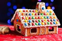 Σπίτι μελοψωμάτων που διακοσμείται με τις ζωηρόχρωμες καραμέλες Στοκ φωτογραφία με δικαίωμα ελεύθερης χρήσης