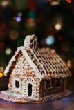 Σπίτι μελοψωμάτων DIY με τη ζάχαρη τήξης στοκ εικόνα με δικαίωμα ελεύθερης χρήσης